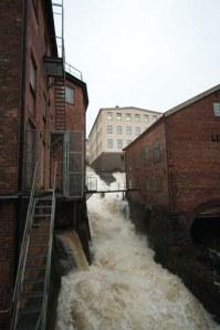 Det stora fallet, som gav upphov till kvarnarna och industrierna, utgör bokens omslagsbild. Foto: Per Hallén.