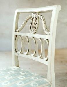 De finaste stolarna har vackra mönster. Här ser vi nollmönster, en girlang och påfågelsfjädrar.