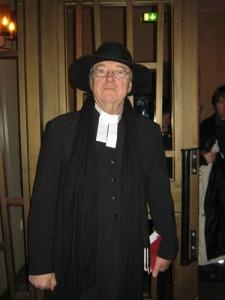 Kyrkoherde Annar Aas hade dagen till ära själv   tillverkat en prästkrage av gammal modell, en så kallad   elva.