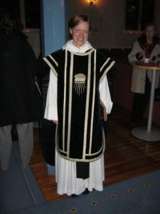 Komminister Linda Thunberg ledde gudstjänsten och var   iförd en svart mässhake, som riktigt lyste i   kvällsmörkret.