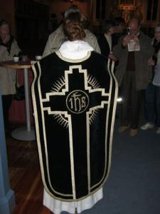 Ofta står prästen vänd mot altaret och med ryggen mot   församlingen. Även mässhakens baksida är därför   praktfullt smyckad.
