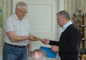 Kaj Johansson avtackar Harald Forodden och överlämnar ett exemplar av Sophie Elkans roman John Hall. Foto: Rodolfo Castex.