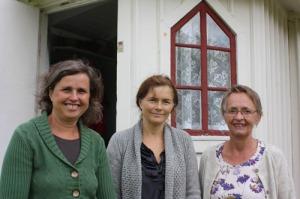 Maria Zeilon, Eva Schiller och Lena Eriksson ses här   utanför Mårtagården. Lena Eriksson arbetar inom   föreningen Mårtagårdens vänner och har hjälpt de båda   författarinnorna i deras arbete. Foto: Sandra Johansson.