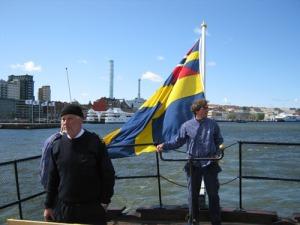 Claes Verner, kaptenen på hjulångaren, ses till   vänster, och skeppsbyggmästare Patrick Zimonyi står till   rors. Foto: Lars Gahrn.