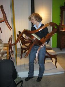 Birgitta Martinius måste hålla upp stolarna för att de   skulle synas. (Foto: Lars Gahrn.)