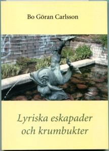 """På omslaget ses Bror Chronanders skulpturgrupp """"Pojken och delfinen"""". Författarens äldre bror Nils Ragnar stod nämligen modell för pojken."""