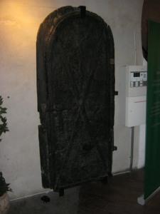 En smal och väl skyddad dörr ledde in i skansen.