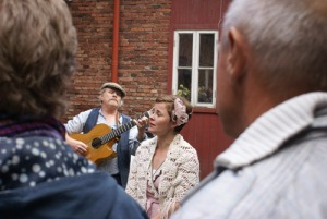Musik och sång bland Jonsereds   arbetarbostäder. Foto: Jan Erik Lundqvist.