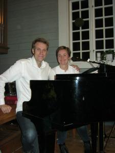 Claes och Maria Pihl vid flygeln i   Missionskyrkan. Foto: Lars Gahrn.