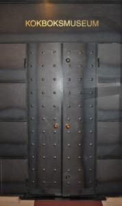 De svarta plåtdörrarna in till Kokboksmuseet   gör ett konstnärligt intryck. Foto: Hans   Lundholm.