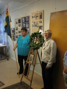 En krans har hängts upp vid konungens bild. Lägg märke till unionsflaggan. Foto: Lars Gahrn.