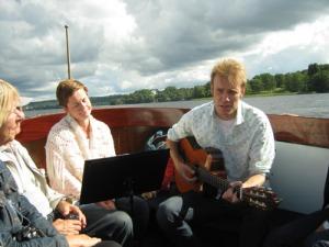 Maria och Claes Pihl sjöng och spelade ombord   på Säfvelången II. (Maria Pihls bekymrade min   hör till rollspelet.)