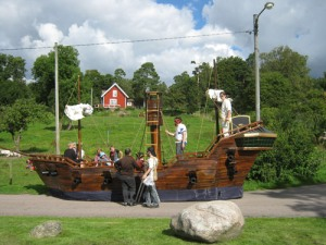 På land fanns ett sjörövarskepp, bemannat med   munkar (!) från Jonsereds franciskanerkloster.