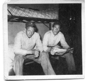 Sven Evert (till vänster på bilden) ses här på luckan tillsammans med en kamrat.