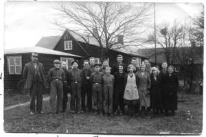De anställda vid Johanssons Skofabrik i   Stafsinge. Fabrikören själv ses längst till   vänster.