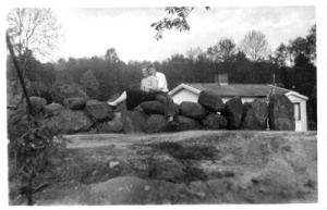 Den färdiga villan i Hulelyckan ses här bakom   stenmuren (med Sven Evert och hans fästmö).