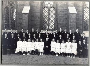 Konfirmationsgrupperna var orimligt stora.   Förste konfirmand från höger i bakersta raden   är Sven Evert. Till vänster om honom ses   Lennart Gahrn.
