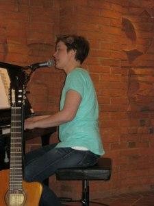Maria Pihl vid pianot.