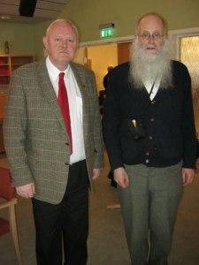 Ordföranden Johnny Hagberg (till vänster) fann sig och lät Lars Gahrn (till höger) göra ett inlägg om Gunnebo. Foto: Anna Jolfors.