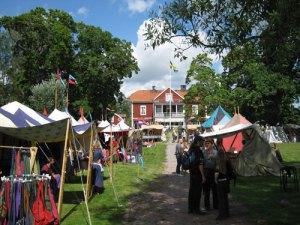 Kolbäcks marknad – ett tältläger mellan Gästgiveriet och Kolbäcksån. Foto: Lars Gahrn.