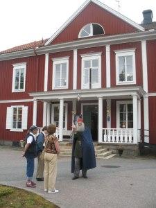 Lars Gahrn berättar om Kolbäcks gästgiveri. Foto: Lars -Erik Lundin.