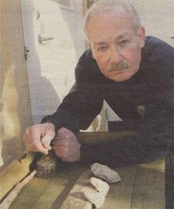 Lou Schmitt tittar på arkeologiska fynd.