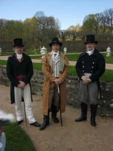 """Trenne herrar kan ni se, / högst välklädda alla tre. / """"Titta, en gustavian!"""" / säger jag som jag är van, / Men de är dock lätt på glid / in i kung Karl Johans tid. / Tiden tillhör """"gamle Lode"""". / Här finns både mod och mode."""