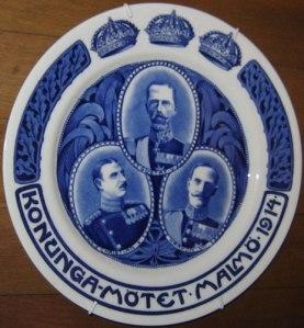 En annan minnestallrik har porträtt av de tre kungarna. Eftersom den är tillverkad i Sverige, tronar Gustaf V överst. (Han hade inbjudit de andra kungarna till detta möte.)