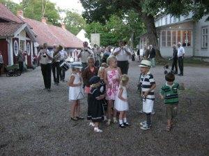 Brunnsorkestern har ställt upp för Grötlunken. Längst fram står barnen med trianglar.