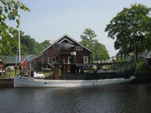 Herbert i Säveån med ångbåtsvarvet i bakgrunden.