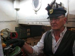Maskinisten Leif Lundin har tre ångmaskiner att basa över.