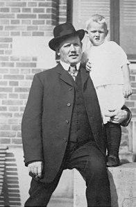Göran Axel-Nilsson på pappas axel eller på pappa Axel, hur man nu vill säga.
