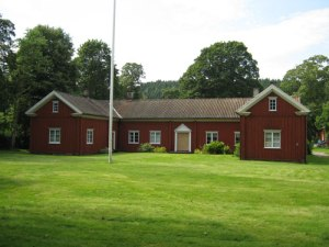 Bakifrån ser vi en enklare herrgårdsbyggnad – målad med rödfärg, som var betydligt billigare än vit oljefärg.