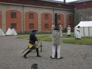 Bestraffningen genomförs, men den bestraffade har inte tagit av sig skjortan. Hur kan det komma sig? Foto: Lars Gahrn.