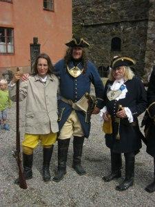 Den bestraffade flickan och två stränga officerare gladdes i mellanstunderna tillsammans åt publiktillströmningen. Officeren längst till höger är Carlstens kommendant Eiwe Svanberg.