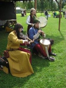 Skickliga musikanter spelade medeltidsmusik under marknaden.