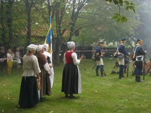 Emerentia Pauli och knekthustrurna står beredda att rycka in. Foto: Lars Gahrn.