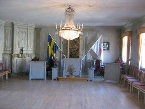Festivitetssalen. Skåpet till vänster bildar en symmetrisk pendang till den öppna spisen. Foto: Ingvar Riksén.