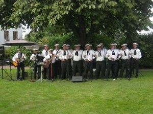 Flottans män sjunger.