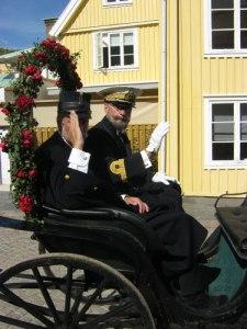 Konung Oscar och hans adjutant Victor Ankarcrona åkte vagn genom Marstrand. Foto: Lars Gahrn.