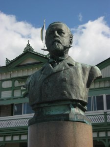 Konungens byst (av Edvard Brambeck) finns sedan 1897 framför Societetshuset i Marstrand.