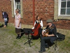 Det är skönt att sjunga och spela på soliga ställen.