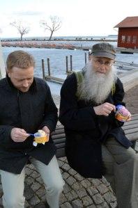 Niklas Krantz och Lars Gahrn äter värmande glass i hamnen med Vätterns is i bakgrunden. Foto: Anna Jolfors.