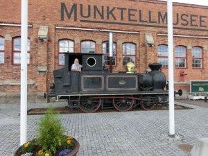 Utanför Munktellmuseet i Eskilstuna har ett gammalt lokomotiv satts på några av de äldsta spårlängderna.
