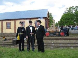 Förstlingens personal klär upp sig i tidstypiska kläder. Längst till vänster ses friherre Fabian Wrede (Arostomten).