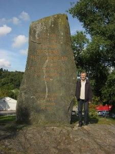 Minnesstenen i Kungälv har dubbel manshöjd. Foto: Lars Gahrn.