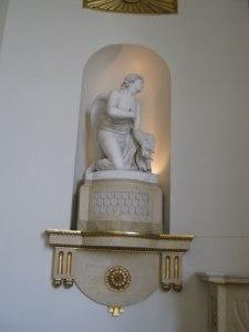 Sergel har skulpterat änglarna och det syns. De är kraftfulla och uttrycksfulla.