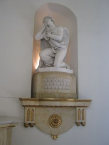 Änglarna finns i nischer som statyerna i ovala vestibulen på Gunnebo.