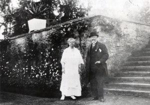 Prinsen har besökt även Gunnebo. Här ses han tillsammans med friherrinnan Hilda Sparre vid Kejsareterrassen i Gunnebo.