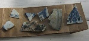 Vackert porslin fanns på Eidsvoll, och porslinsskärvor kunde Niklas Krantz finna i jorden kring byggnaden. (Han lämnade in alla fynd på museet.)